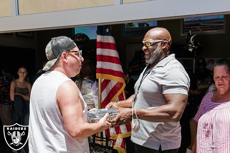 Raiders Alumnus Roy Hart passes out lunch and thanks veteran during Memorial Day event at Share Village - Photo credit: Shannon Gross | Las Vegas Raiders